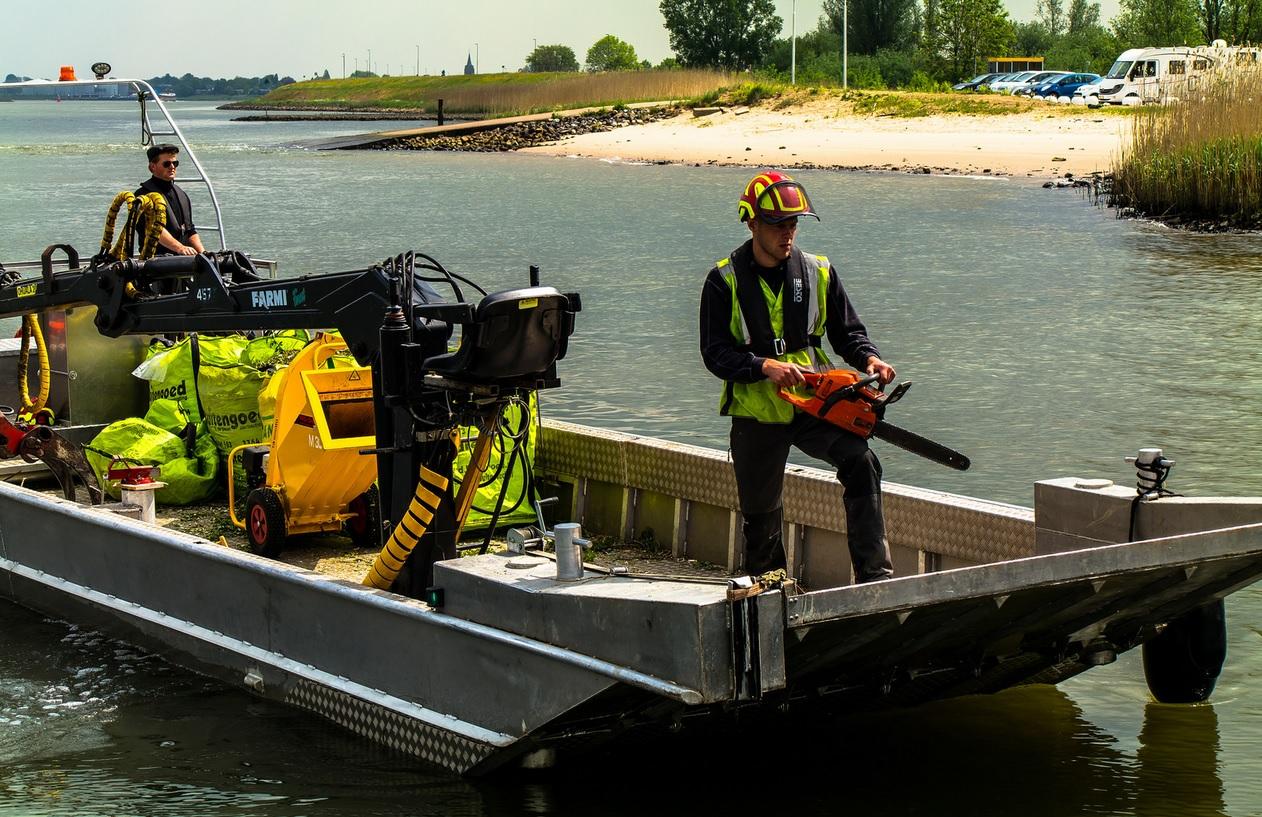 AluminiumJon.nl - Werkboot van 12 meter met kraan en boegklep